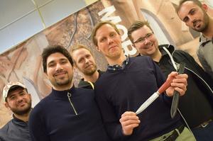 Amier Mahmood, Bashar Mustafa, Jon Böhlmark, Pontus Bråmer, Thomas Nielsen och Hayder Alhasad från Sollerö IF tog på onsdagen emot stipendiet på Morakniv.