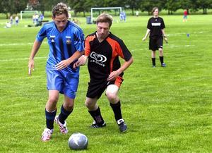 Första matchen. Daniel Berglund från Borlänge United kämpar med att ta av motståndaren bollen.