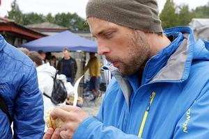 Chris Gisler från Zürich, Schweiz upptäckte att han råkade ta en tugga av både bullen och pappret. Men han var nöjd ändå.  – Detta är min frukost, jättegott!