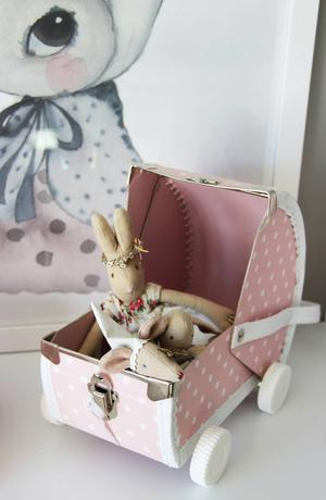 Maileg-kaniner i en söt, rosa väska från Sofies butik.