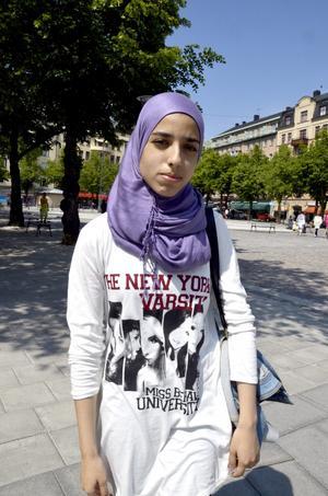 Ranja Bassan, 18 år, studerande, Örebro:– Jag fick tröjan i present. Jag gillar den helt enkelt. Den är somrig, vit och har ett fint tryck.