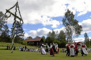 Midsommarstämning. Stången och Ljusnarsbergs folkdanslag såg till att skapa den rätta midsommarstämningen i Ställdalen.