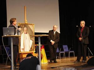 – Jag åkte ner till Linköping för att måla av honom. Men kläderna satte jag på en docka och målade av i Ockelbo kyrka. Därifrån målade jag också av de kyrkliga föremål som användes i tavlan, berättade konstnären Tony Warren.