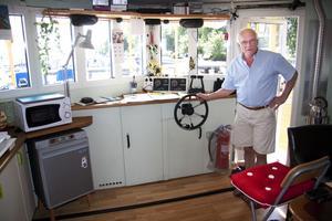 Kommandobryggan. Båten trivs bäst i lugna vatten. Därför har Joel Wester mest hållit sig i Europas alla floder och kanaler. Härifrån styr han sin kära Florida i makliga fyra knop.Foto: Magnus Östin