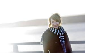 """Ep:n """"Something's been missing"""" var ett individuellt projektarbete på Fryshusets rockmusiklinje. Nu går Lovisa Lindström musikerlinjen på samma skola med inriktningen multimusiker. Där fördjupar hon sig bland annat i instrumenten slagverk, gitarr och keyboard. Syftet är att kunna hoppa in som kompmusiker där det behövs."""