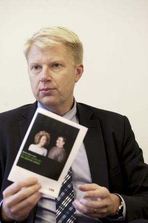 Niclas Lamberg, berättar att alla informerats om drogtesten med en folder hem i brevlådan
