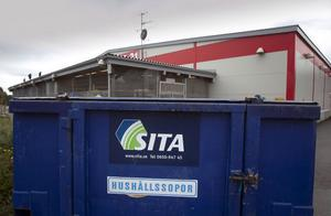 Hänglåsen till containrarna bryts upp, sedan stjäls innehållet i dem