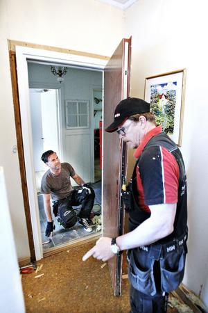 Både Tony Holst och Patrik Skarp har följt rapporteringen om den felaktiga husrannsakan i Yvonne och Anders lägenhet, och efterspelet med den trasiga dörren.