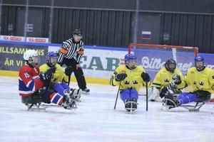 Det blev en tuff match mellan Norge och Sverige när EM i kälkhockey inleddes i Östersund Arena. Norge vann med 2–0.