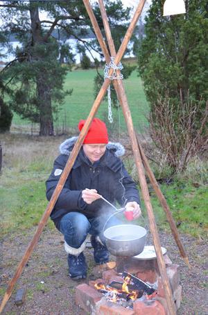 Varm glögg och pepparkaka serverades av Peter Åström