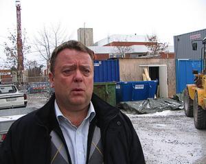 """Bostadsbrist, upprustningsbehov och stillastående nyproduktion det är några av utmaningarna för byggsektorn. Samtidigt är det lågkonjunktur, många som inte vågar satsa och arbetslösheten bland byggjobbarna ökar. De höga arbetslöshetssiffrorna är onödiga tycker Thomas Gustavsson, 2:e ordförande i Byggnads, som besökte Östersund i går.  """"Behovet av bostäder är stort lika så renovering av tidigare byggda bostäder. Nu måste arbetet komma igång. Det är ett gynnsamt läge med låga räntor och arbetstillfällena behövs"""", säger Thomas Gustavsson.  Foto: Ulrica Dahlqvist"""