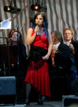 Anna Norberg ledde allsången och sjöng tillsammans med Sundsvalls kammarorkester.