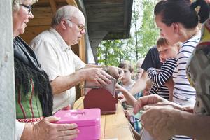 På Rogsta hembygdsgård sålde Rune Hådén och Kristina Karlsson lotter till gästerna. Här provade Sigrid och dottern Frida Kandell sin lycka.