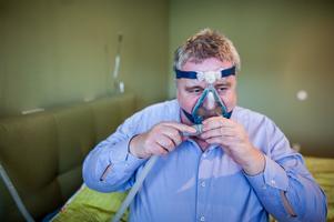 Micke Lundgren tar andningsmasken till hjälp för att kunna sova bättre.