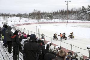 Isracing är en frän kult(ur)sport som har ett klassiskt fäste  på Rolandshof i Bollnäs – men utan hållbar is funkar det ju inte.