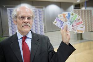 Scannar du den nya sedeln i telefonen läser riksbankchefen Stefan Ingves upp valören.