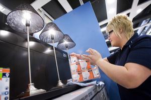Sara Bergvik arrangerar lampor i nya butiken.