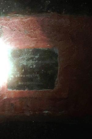 – Jag hittade en platta inuti kulan, där farfars namn står, säger Lars Selin, som försökte fotografera namnskylten.