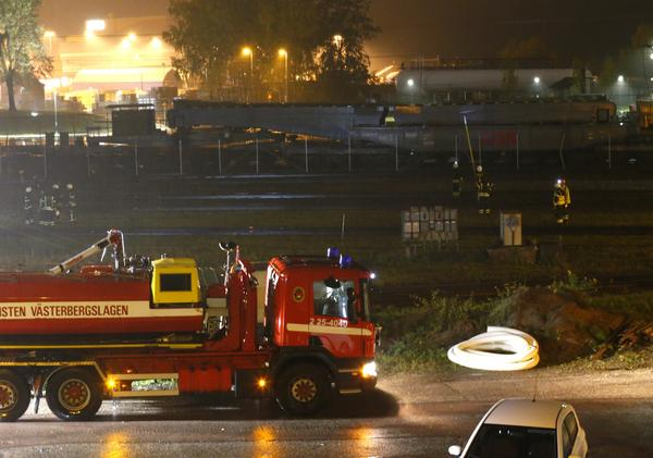 Enligt räddningstjänsten är det kaotiskt på olycksplatsen på bangården i Ludvika, med flera urspårade vagnar och elledningar som ligger huller om buller.