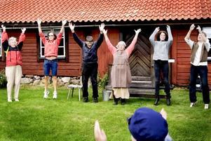 """Raket. Den nya barnsatsningen i Koversta Gammelby invigs passande nog med att besökarna gemensamt gör """"Raketen"""". Tidigare samma dag hade astronauten Christer Fuglesang skickats upp i rymden."""