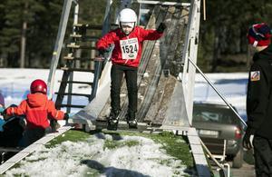 Adrian Hjalmarsson-Lantzero, Falun, har rätta snitsen i hoppbacken.