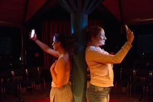 Halvmasker och selfies. Sundborns Teater tar Don Juan in i vår samtid. Här Myra Neander och Alexandra Drotz Ruhn.