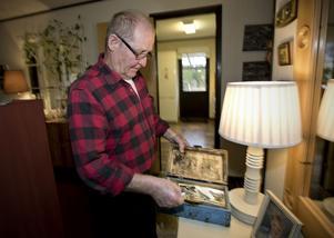 Hans Sundström har en kista med fotografier från tiden i Finland och från åren kring pappas desertering 1944.
