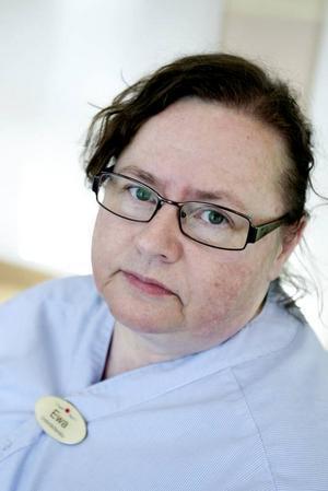 """Behövs. Undersköterskan Ewa Nordquist jobbade på Bomhusgården innan korttidsplatserna där lades ned vid årsskiftet 2009/2010. Bara ett par månader senare var hon tillbaka, när kommunen tvingades öppna extra platser här för att köerna till korttidsboende och särskilt boende för äldre växte. """"Det är inte bra för personalen att öppna, stänga och öppna igen. Vi tycker att vi behövs""""."""