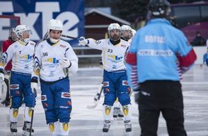 Markus Hiukka och hans HaparandaTornio får fira nyår i en spelarbuss på E4.
