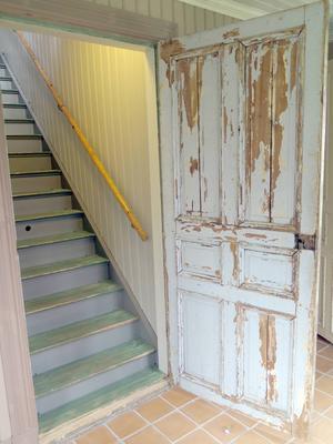 Dörr med patina och trappan upp.