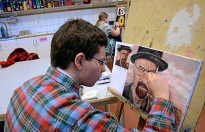 Henrik Jonasson lär olika tekniker i olja genom att måla av olika motiv. Här jobbar han med en karaktär från en tv-serie och är noga med detaljerna.