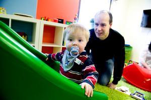 Mattias Jönsson skolar in sin son Albin Jönsson, 1,5 år, på den nya förskolan i Torsång.