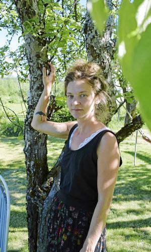 Sångaren Anna Ihlis har spenderat fyra år med Erik Axel Karlfeldt. I lördags var det dags för konsert på Karlfeldtsgården i Karlbo. Foto: Johanni Sandén/Arkiv