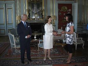 SHIF:s projektledare Elisabeth Byström tar emot stipendiet från H M Konung Carl XVI Gustavs och H M Drottning Silvias hand.