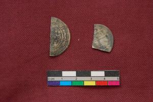 Långväga mynt. Vid utgrävningarna hittades två silvermynt. Det till vänster är från nu nuvarande Irak och präglades runt 730 efter Kristus. Det andra är från gränsen mellan Iran och Afghanistan och är ifrån ungefär 800 efter Kristus.