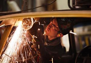Bygger en epatraktor. Varje tisdag och torsdag kommer cirka 30 ungdomar till mekarkvällarna som hålls i Kumlins bilverkstad i Österfärnebo. Andreas Olsson kapar taket på sin Volvo 240 från -82. Skrotbilen ska förvandlas till en Epa och då behöver taket flyttas fram.