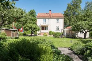 Den stilmässigt tidsenliga 1920-talsvillan ligger på Söder och erbjuder utrymme för en härlig sommarträdgård.