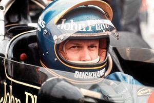 Supersvensken. Bild från när Ronnie Peterson sitter i sin Lotus-Ford racerbil i depån vid tidsträningen på Anderstorp Raceway den 8 juni 1974, dagen före Swedish Grand Prix formel 1-lopp.