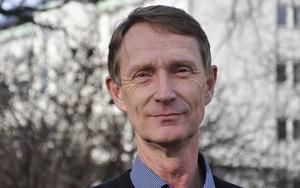 Ekonomichef Rolf Hammar säger att Gävles valfrihetssystem ger samma möjlighet för pensionärer att välja mellan äldreboenden som LOV, men att man får bättre kontroll på det totala antalet platser då företagen måste teckna ett avtal med kommunen
