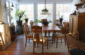 Här vid slagbordet i det ljusa vardagsrummet som överblickar ån samlas gruppdeltagarna vid träffarna för att diskutera Hildegards läror.