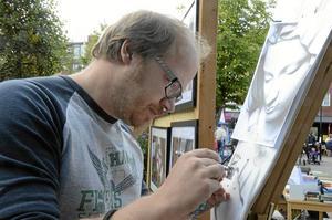 Konst på torg. – Ett mycket miljövänligt målarsätt, säger Jonas Bergman om konstformen airbrush.