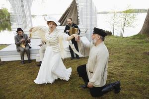 Färre turnéer och ingen sommarteater. Det kan bli konsekvenserna när länskulturen får spara. Här Måsen i Stjärnsunda med Dalateatern som gavs i somras.