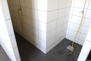 Duscharna består av enkla slangar utan vattenspridare och handtag.
