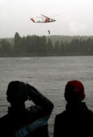 Räddningshelikopterns uppvisning vid älven lockade ett 40-tal besökare.