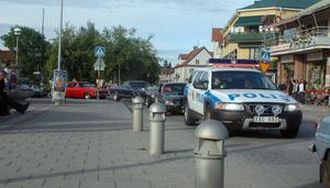 En polisbil gled också omkring och även om polisen lika gärna ville visa upp sig som cruisingdeltagarna så får man anta att andra motiv låg bakom närvaron.