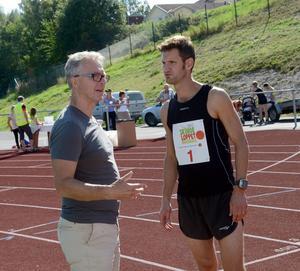 Tävlingsledare Peter Sennblad är redo för att springa milen och stämmer av med Kjell Lidholm innan han ger sig iväg.
