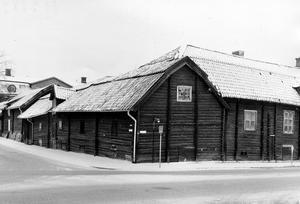 Bomanska gården, Vasagatan / Munkgatan i Västerås på 1950-talet. Här syns Bomanska gården från baksidan. Gården fick ge vika för det nya Västerås.