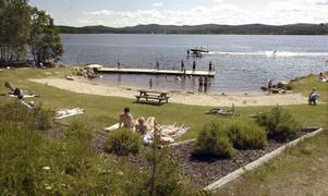 Badplatsen i Viksjöfors sköts av en badförening som bildades förra året. Att badplatsen fått en ny badbrygga är föreningens förtjänst.