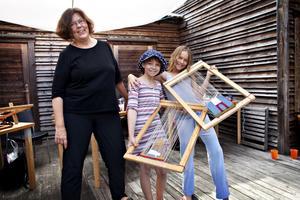 Berit Sahlström med de yngsta kursdeltagarna Malva Lindfors och Lina Frid.