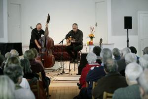 finstämt. Hasse Larsson och Mats Klingström bjöd på ett stämningsfullt Dan Andersson-program. Foto Leif Gustavsson